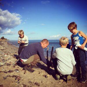tid, kreativ_leg, eksperimenter, strand, drenge, børn, natur, aktiv_ferie, udeliv, friluftsliv_med_børn